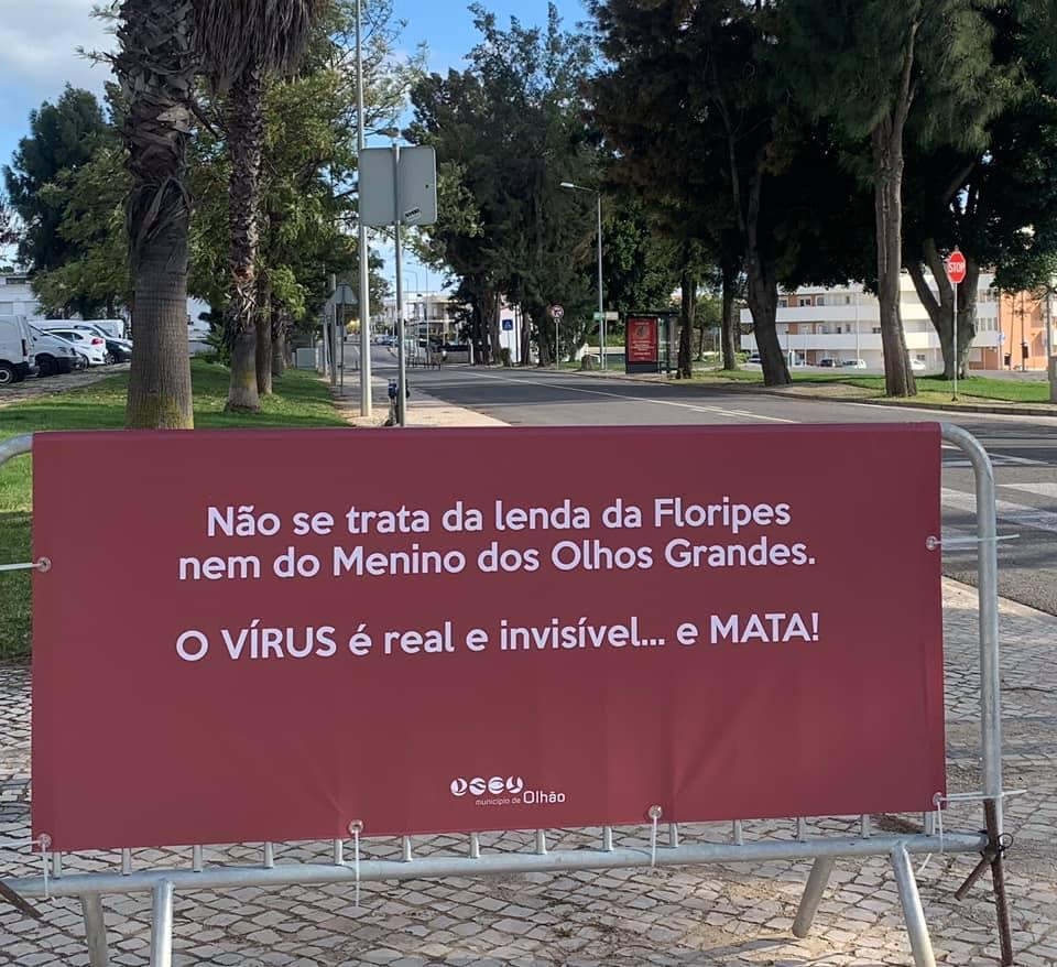 Olhão espalha pela cidade cartazes engraçados para deixar recados a quem teima passear