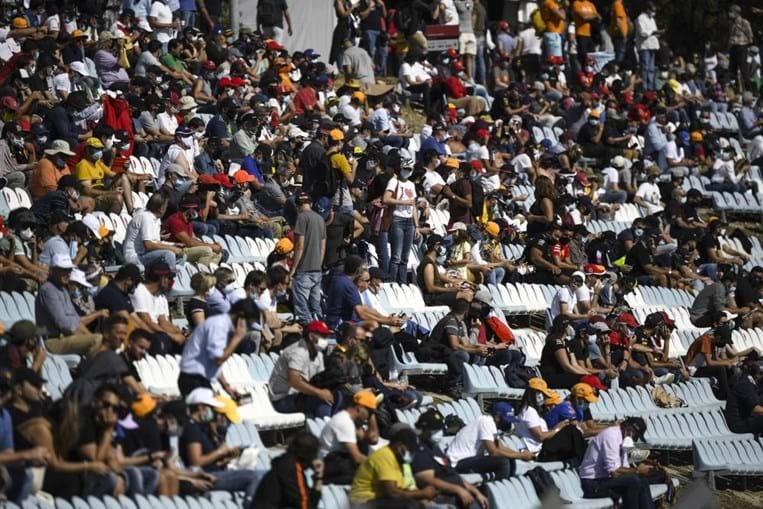 Autódromo do Algarve com bancadas cheias e sem distanciamento social físico durante Grande Prémio de Portugal de F1