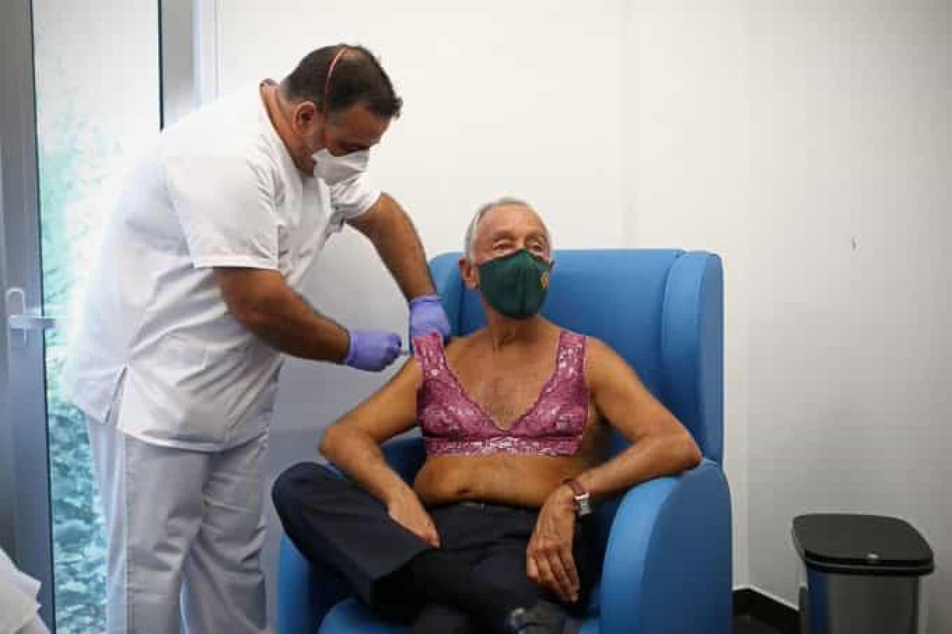 Marcelo Rebelo de Sousa leva vacina sem camisa e vira piada na Internet
