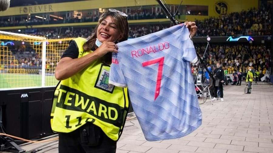 Cristiano Ronaldo prometeu e cumpriu: entregou camisola à segurança atingida por uma bolada